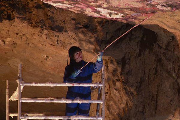 Makiko Furuichi crée ses peintures rupestres dans les caves Ackerman à Saumur.