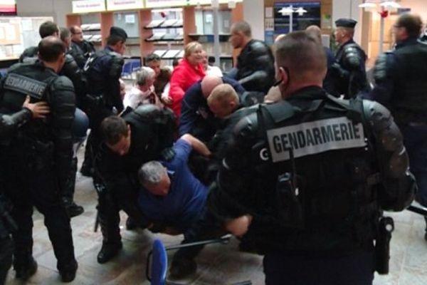 04/07/14 - Conflit de la SNCM, des socioprofessionnels corses évacués de la préfecture de Haute-Corse, à Bastia