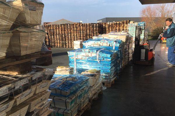 Les caisses sont acheminées sur les quais d'embarquement pour être chargées dans les camions.