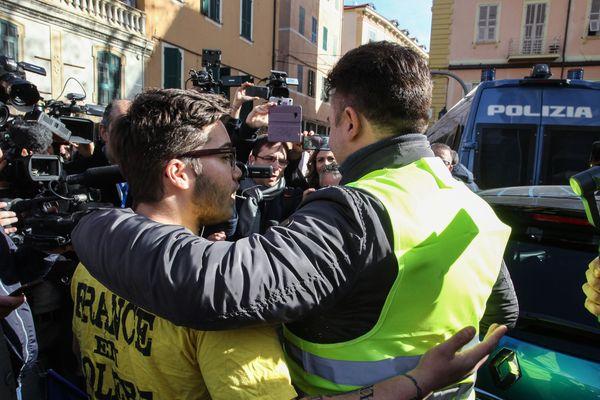 """Une vingtaine de """"gilets jaunes"""" français et italiens se sont rassemblés vendredi à San Remo."""