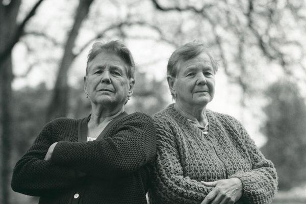 Hélène et Danièle Robert sont jumelles et ne manquent pas de caractère d'après Jean-Marie Lecomte, qui les a rencontrées lors d'un festival