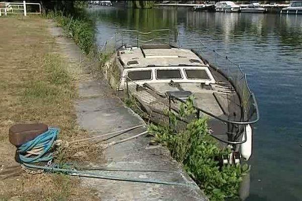 Un des bateaux abandonnés sur les berges de la Charente à Mainxe.