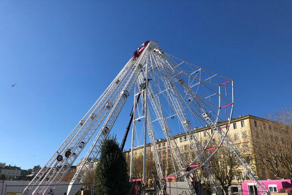 La grande roue en cours de montage le 13 décembre place Saint-Nicolas, à Bastia.