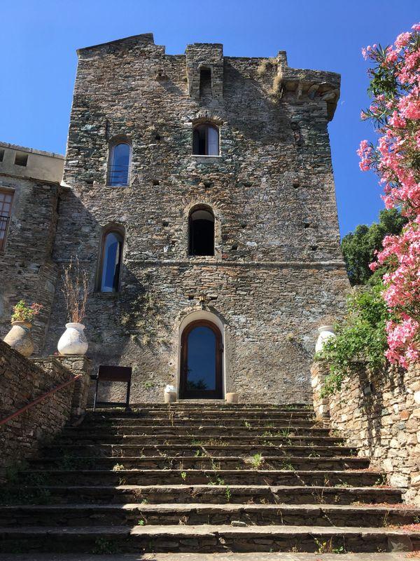 La tour sarrasine du couvent est classée aux monuments historiques.
