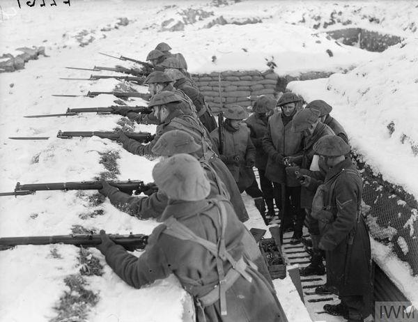 Les hommes du Royal Norfolk à l'entraînement en France, sous la neige, le 26 janvier 1940.
