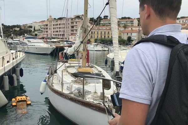 11/06/2019 - Jellyfishbot, le robot méduse ramasse les déchets en surface, ici dans le port de Cassis (Bouches-du-Rhône).