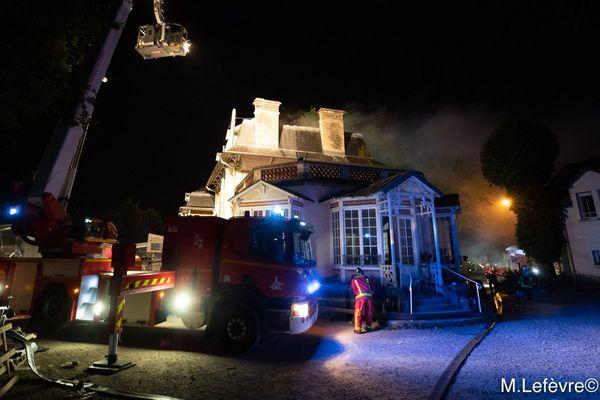 Le feu s'est déclaré dans la soirée du 24 août 2019 dans les entrepôts situés à côté de la Villa Sans-Gêne de l'association Emmaüs au Plessis-Trévise.