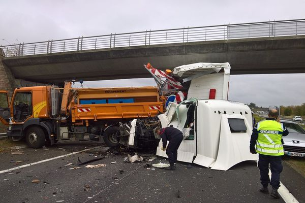 La cabine du camion a été arrachée sous le choc.