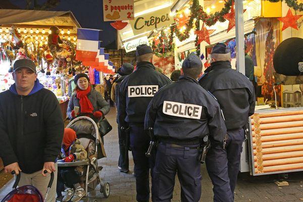 Des policiers en patrouille lors d'un Marché de Noël.