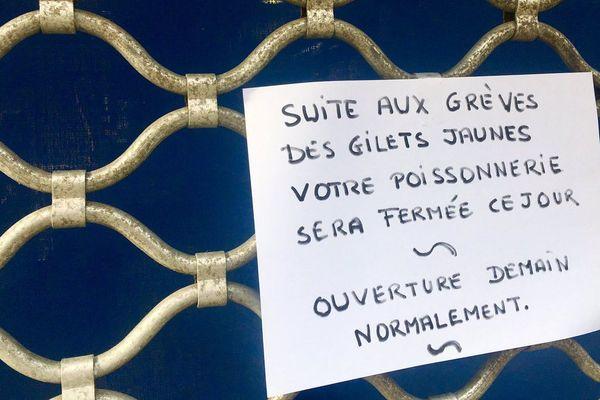 À Brive, le rideau d'une poissonnerie est resté fermé mardi 20 novembre. Une affiche explique que le commerce n'a pas pu ouvrir à cause de la mobilisation des gilets jaunes.