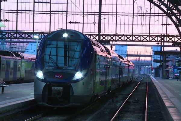 Le TER de la nouvelle ligne Lille-Paris arrivant à la gare de Flandres sous un ciel rosé.