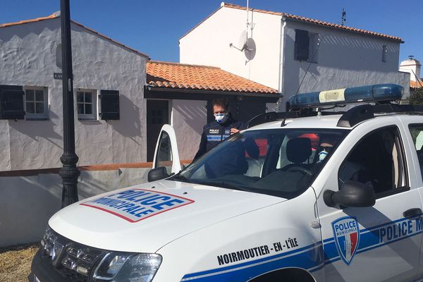 À Noirmoutier en l'île les policiers veillent à ce que les maisons fermées le restent.