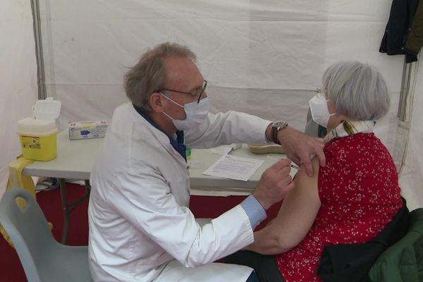 Au méga-centre de vaccination, 200 personnes se sont vues recevoir une dose de vaccin Astra Zeneca