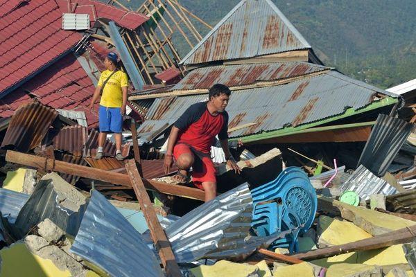 Des survivants après le séisme et le tsunami qui ont touché la région.
