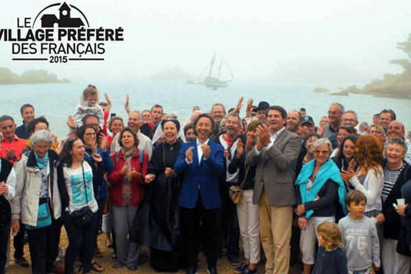 """Ploumanac'h remporte le titre de """"village préféré des Français"""" 2015. Au centre, Stéphane Bern, le présentateur de l'émission"""