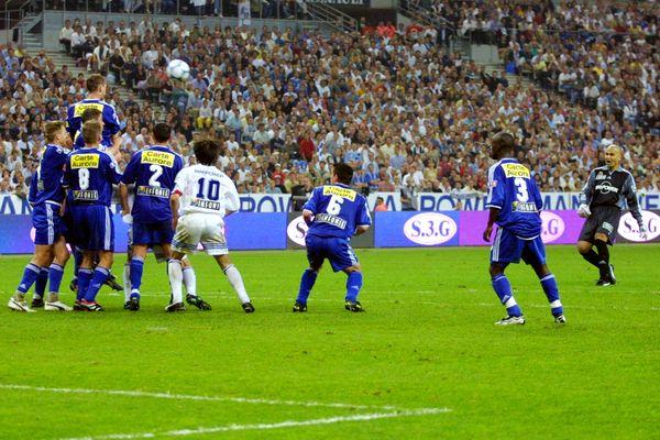 Coup franc lors de la finale de la Coupe de France de football opposant Strasbourg à Amiens, le 26 mai 2001 au Stade de France à Saint-Denis.
