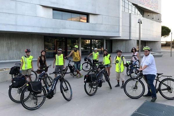 Le petit groupe s'est retrouvé à 8h00 jeudi 17 septembre sur le parvis du théâtre d'Anthéa d'Antibes pour partir travailler à Sophia, en vélo électrique.