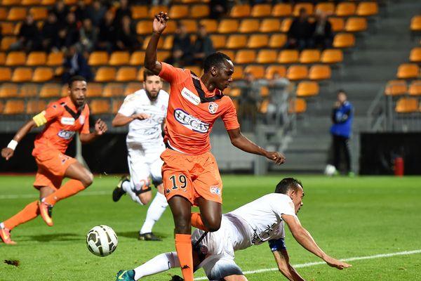 Le Clermont Foot 63 vient de recruter le milieu offensif Alassane N'Diaye. Le joueur a déjà joué en Ligue 2 sous les couleurs de Laval.