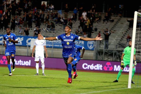 À l'occasion de la 10e journée de Ligue 2, Lenny Vallier vient inscrire le 4e but des Chamois Niortais et porter le coup fatal au Paris FC. Le club de la capitale ne reviendra pas, Niort s'impose 4 à 1.