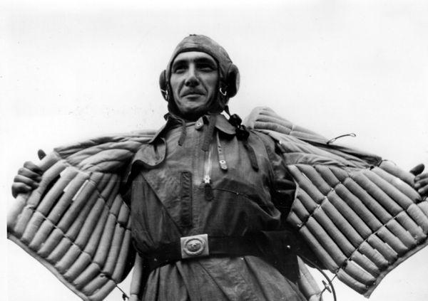 Un aviateur de la Luftwaffe enfilant son gilet de sauvetage avant de s'envoler au-dessus de la Manche vers l'Angleterre (image de propagande allemande publiée en septembre 1940).