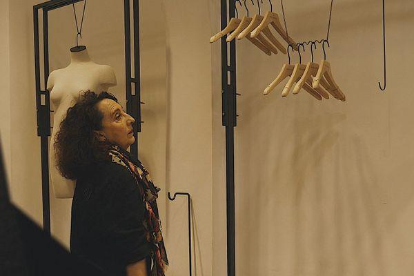 """Dans le film """"Je suis non-essentiel"""", de Franck Fougère, une commerçante voit sont activité disparaître sous ses yeux."""
