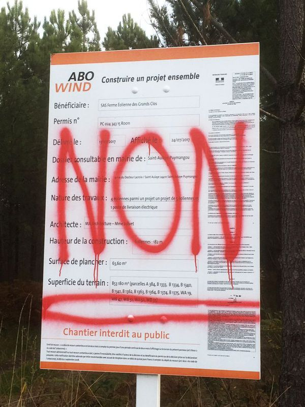 L'opposition au projet s'était manifestée par ce tag anonyme sur l'affichage légal de la société Abo Wind à Puymangou