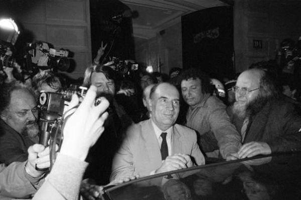 François Mitterrand, vient d'être élu président de la République. Il arrive dans la nuit du 10 au 11 mai 1981 à son quartier général de campagne, au 10 rue de Solférino, à Paris.