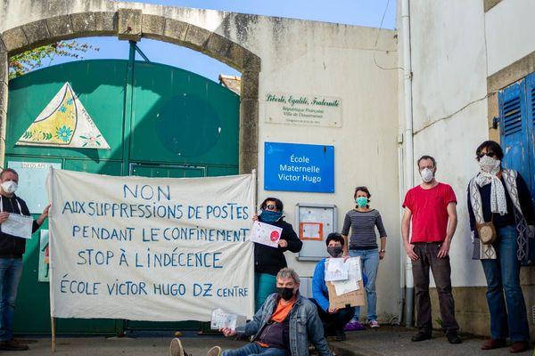 Furieux d'apprendre la fermeture d'une classe pour la rentrée prochaine, des parents d'élèves se sont retrouvés devant l'école Victor Hugo de Douarnenez (29)