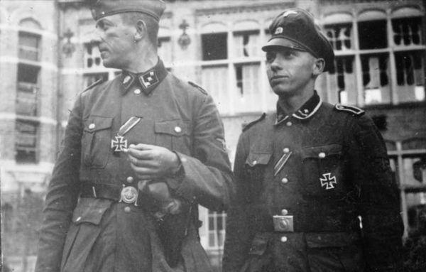 Des SS de la division Totenkopf décorés à Bailleul (Nord) le 30 mai 1940.