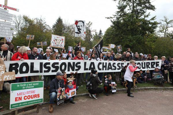 Par cet arrêté, la préfecture entend faire cesser les manifestations anti-chasse, ici en octobre 2017 où 450 personnes s'étaient réunies à Saint-Jean-des-Bois.