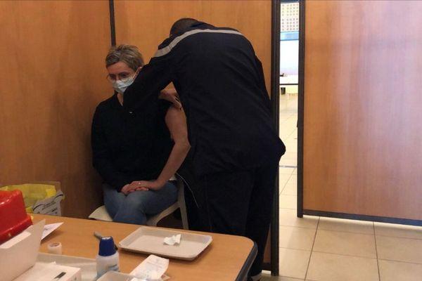 Les sapeurs-pompiers du SDID 63 sont mobilisés au vaccinodrome de la Grande Halle d'Auvergne.