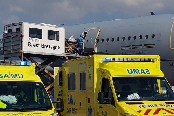 L'A330 Phénix équipé du kit « Morphée » a atterri à Brest. Les 6 patients ont été transférés vers les CHU de Brest et de Quimper.