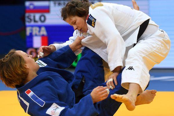 Margaux Pinot (en bleu) et la slovène Tina Trstenjak (en blanc) pendant la finale des -63 kg des championnats d'Europe à Varsovie.