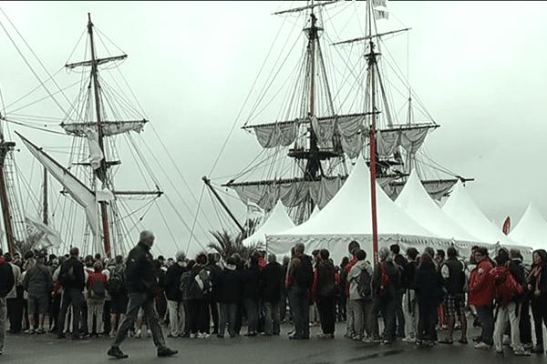 les visiteurs affluent pour voir l'Hermione à quai dans le port de Brest