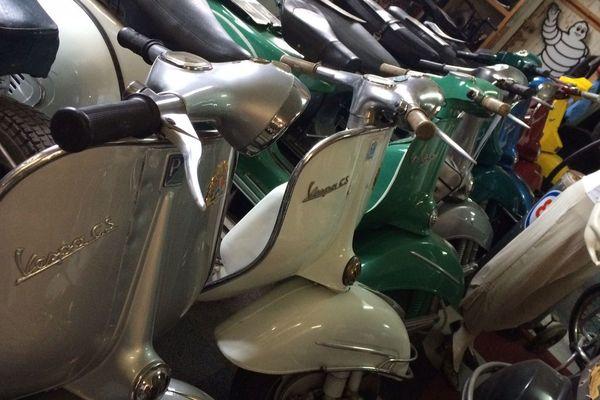 Plus de 30 modèles de Vespa sont exposés à Auzon, dans l'atelier de Goos, un collectionneur hollandais passionnée de Vespa.