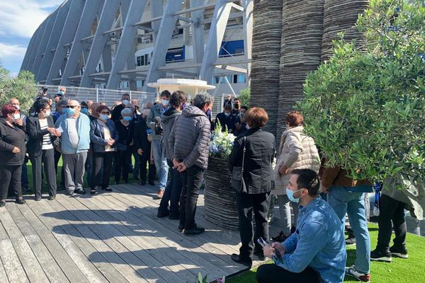 Ce 5 mai 2021, une foule assistait aux commémorations du drame de Furiani, devant le stade.