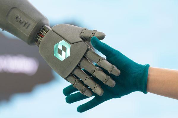 L'humanité, et les robots, main dans la main ? Pour Alexei Grinbaum, il faut rester vigilants.