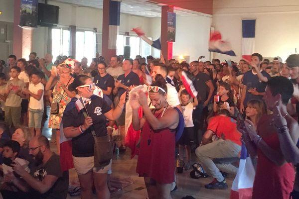 Hall des expos de Brignoles et les supporters durant France Belgique
