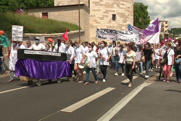 Les personnels soignants lors de la manifestation du 16 juin sur les quais de Besançon