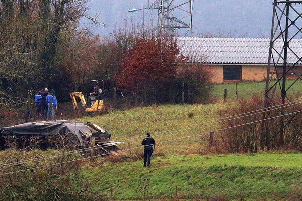 """Affaire Fourniret. Pelleteuse dans le """"jardin d'enfants"""" à Floing (Ardennes)."""