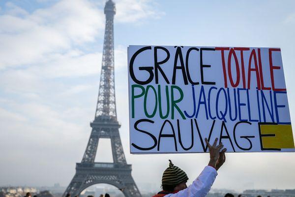 Le 10 décembre dernier à Paris, des manifestants réclamaient la libération de Jacqueline Sauvage. Une nouvelle apprise ce mercredi soir et abondamment commentée