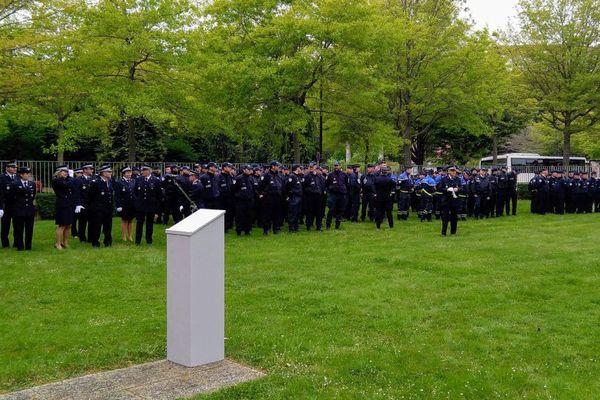 Une centaine de fonctionnaires a rendu hommage à l'hôtel de police de Rennes au policier tué sur les Champs-Elysées