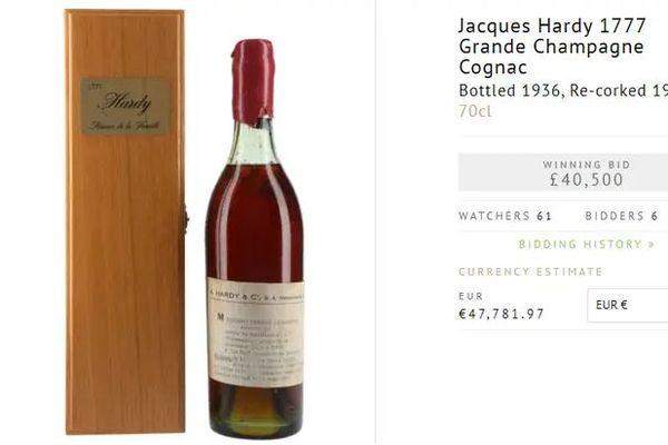 Cette bouteille de cognac, Jacques Hardy, de 1777 a été adjugée pour environ 47.000 euros.