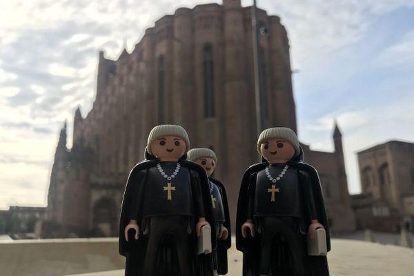 Les Playmobils d'Axel et Anaïs jouent les guides touristiques devant la cathédrale d'Albi.
