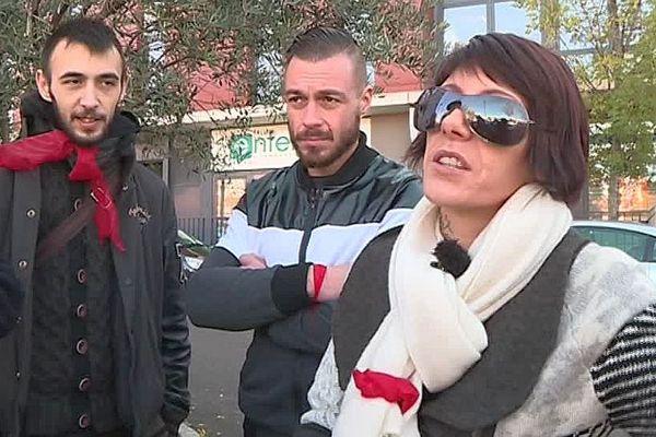 Nîmes - des foulards rouges réclament le droit au travail et l'arrêt des blocus même s'ils sont d'accord avec les revendications des gilets jaunes - 3 décembre 2018.