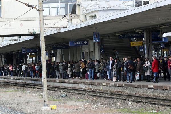 Des voyageurs attendent leur train -en vain- en gare de Mulhouse.