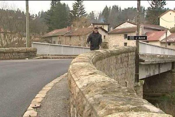 En traversant sur pont au-dessus de l'Ance, on change de région mais de village. Pontempeyrat est à cheval entre l'Auvergne et Rhône-Alpes. Après la fusion des régions ce ne sera plus le cas.