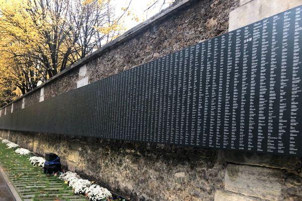 Le premier monument aux morts de Paris, installé sur le mur d'enceinte du cimetière du Père-Lachaise, dans le 20ème arrondissement de la capitale.