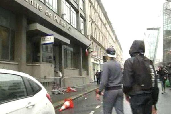 Le commissariat du 10e arrondissement ciblé par de jeunes manifestants le 25 mars 2016 à Paris.