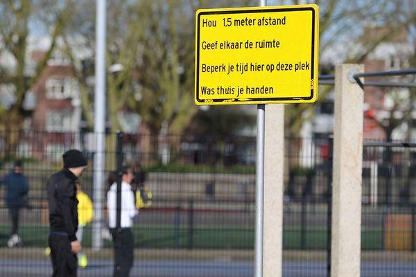 Un panneau à Rotterdam, où la ville a pris d'elle-mêmes des mesures contre la propagation du virus.